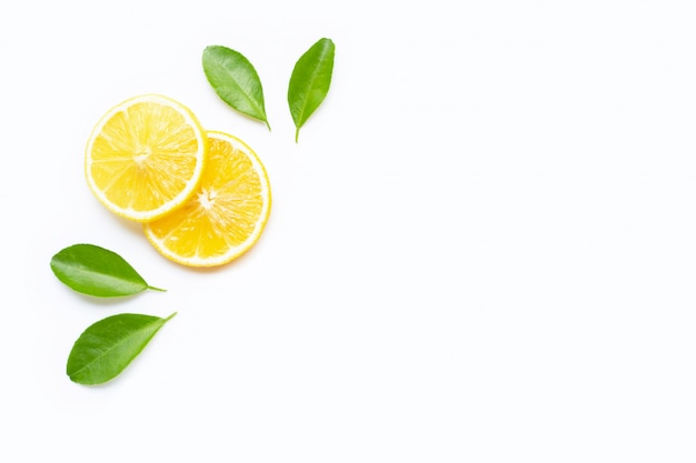 Fette del limone con le foglie isolate su bianco. copia spazio