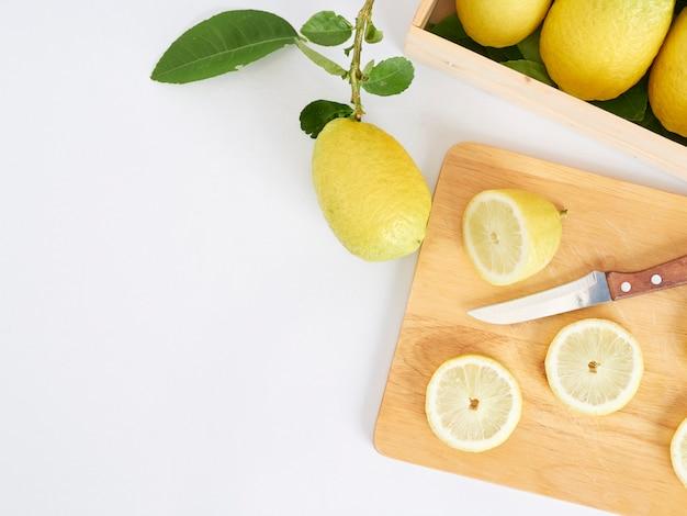 Fette del limone sul tagliere di legno