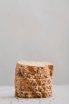 Fette del pane con fondo bianco