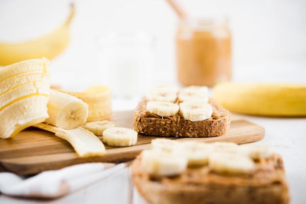 Fette del pane del primo piano con la banana
