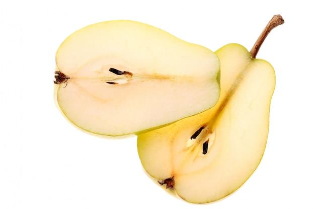 Fette della pera su fondo bianco