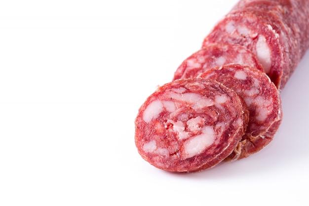 Fette della salsiccia del chorizo della carne fredda isolate sullo spazio bianco della copia del fondo
