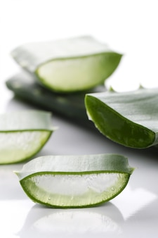 Fette di aloe vera per la cura della pelle