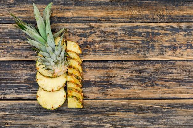Fette di ananas delizioso vista dall'alto sul vecchio legno grunge