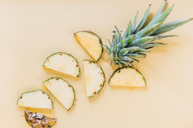 Fette di ananas fresco