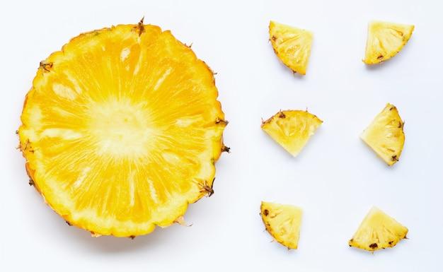 Fette di ananas su bianco.