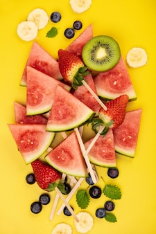 Fette di anguria, frutta e bacche