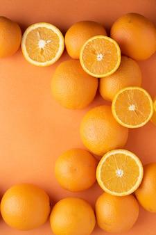 Fette di arance fresche su carta. vista dall'alto
