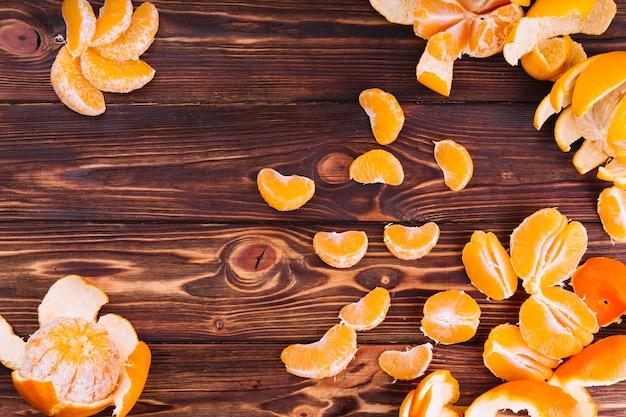 Fette di arance su fondo strutturato in legno