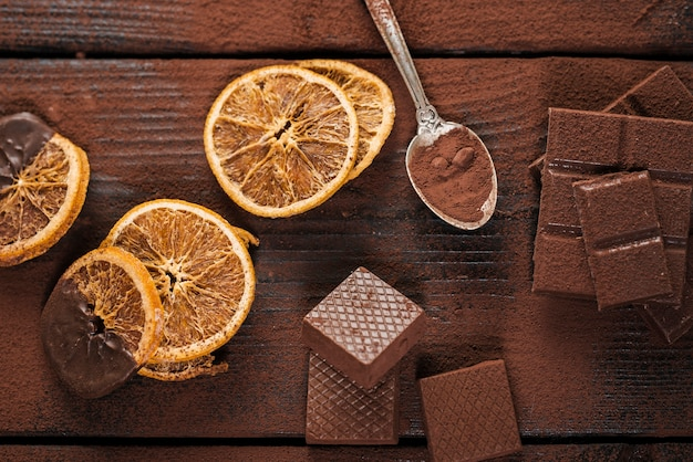 Fette di arancia essiccate con cioccolato fuso e waffle