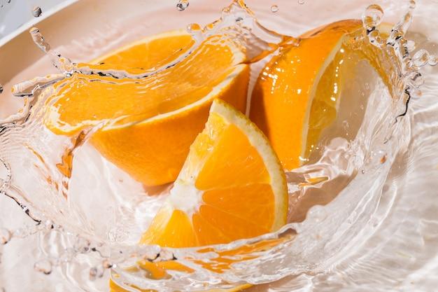 Fette di arancia in acqua