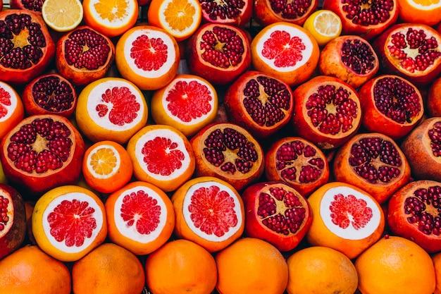 Fette di arancia, pompelmo e melograno