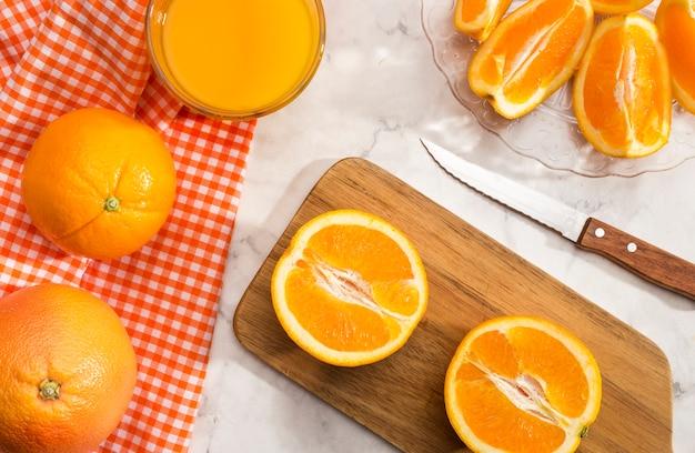 Fette di arancia sul bordo di legno