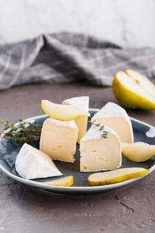 Fette di camembert con pera