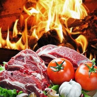Fette di carne di manzo arrosto con verdure