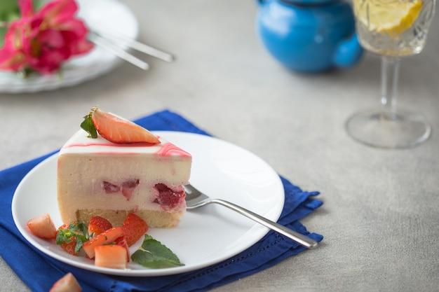 Fette di dessert torta di fragole con fiori di tulipani.