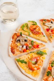 Fette di due tipi di pizza