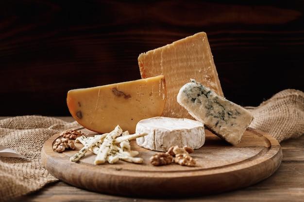 Fette di formaggio brie o camembert con parmigiano, formaggio cheddar, formaggio blu