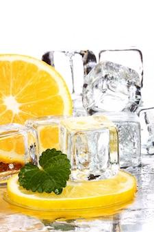 Fette di limone e cubetti di ghiaccio