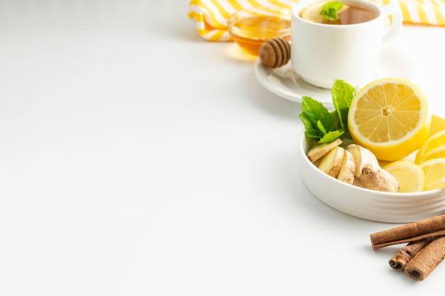 Fette di limone e zenzero con copyspace bianco menta. autunno, ingrediente per il tè invernale