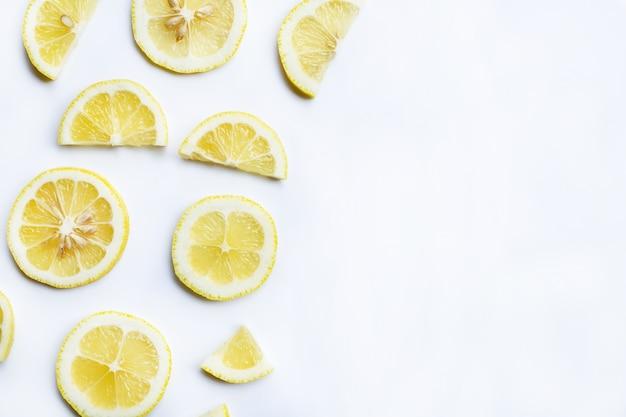 Fette di limone fresco su sfondo bianco.