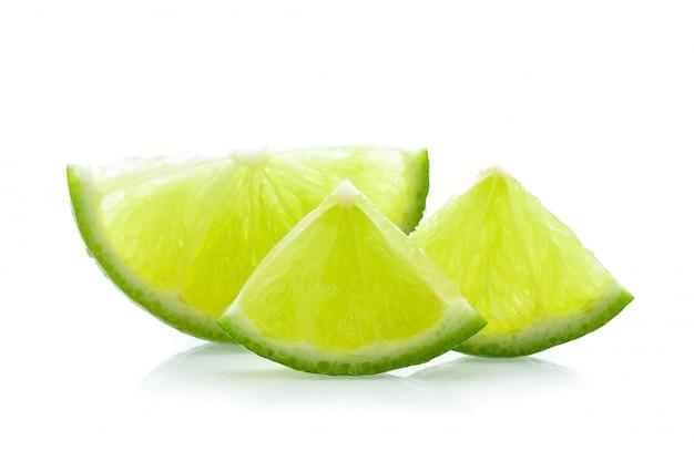 Fette di limone su uno sfondo luminoso