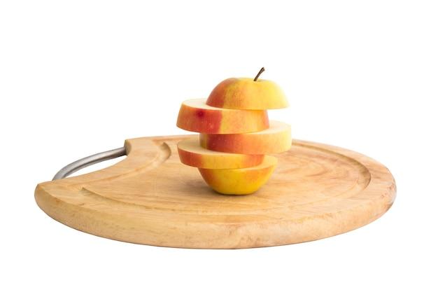 Fette di mela gialla su sfondo bianco