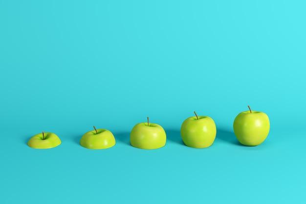 Fette di mela verde fresca su sfondo blu