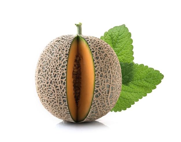 Fette di melone cantalupo su sfondo bianco