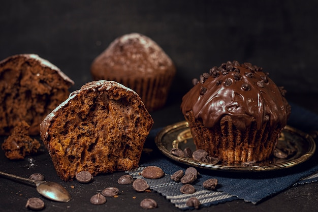 Fette di muffin al forno e patatine di cacao