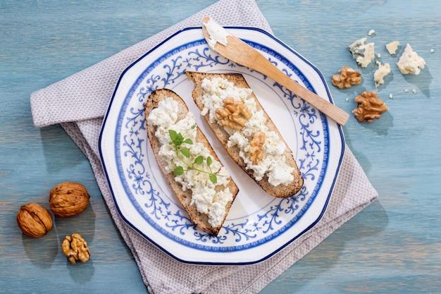 Fette di pane con formaggio su una tabella