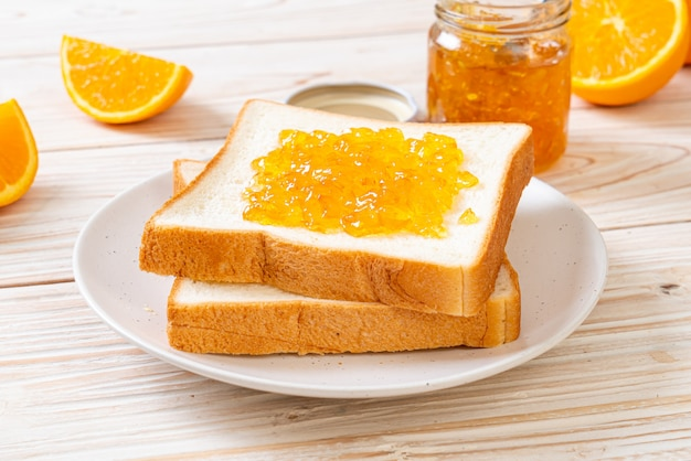 Fette di pane con marmellata di arance