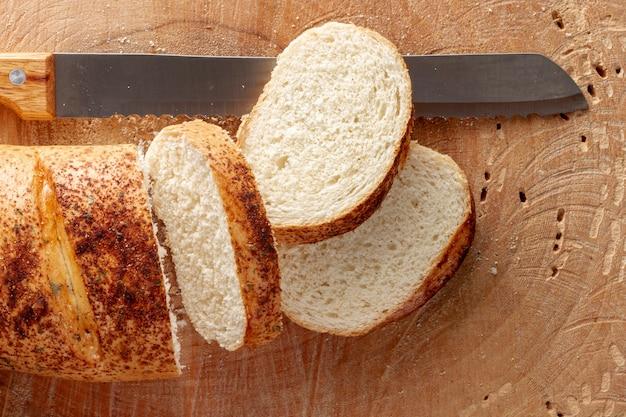 Fette di pane con un coltello da cucina