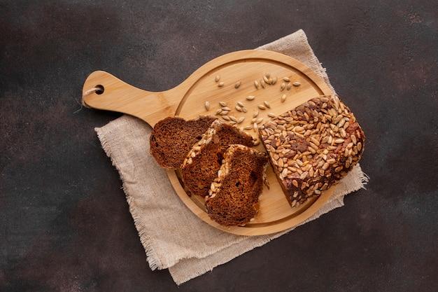 Fette di pane cotto sul bordo di legno