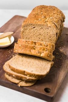 Fette di pane del primo piano con semi e burro