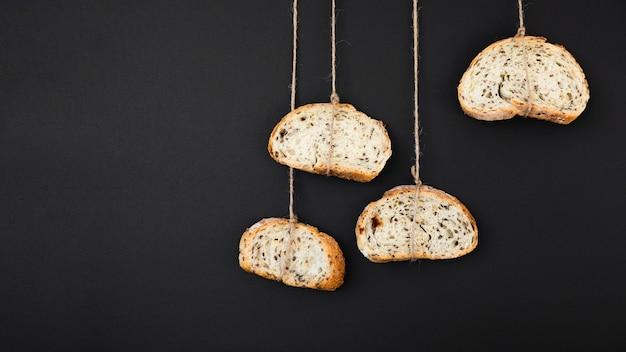 Fette di pane legate con la corda