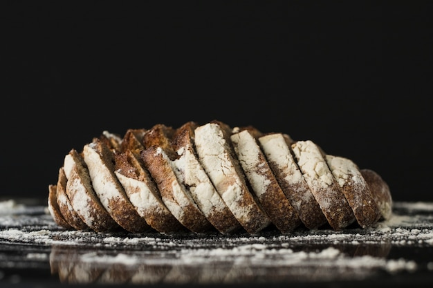 Fette di pane su sfondo nero