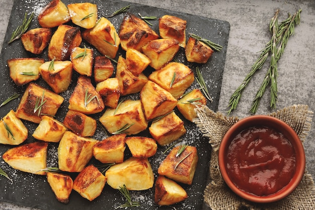 Fette di patate al forno. ottime fette di patatine fritte con sale.