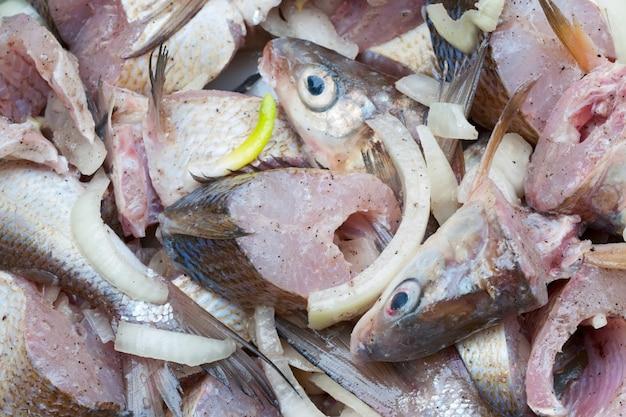Fette di pesce fresco a fette.