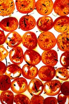 Fette di pomodoro condite con olio e origano essiccato