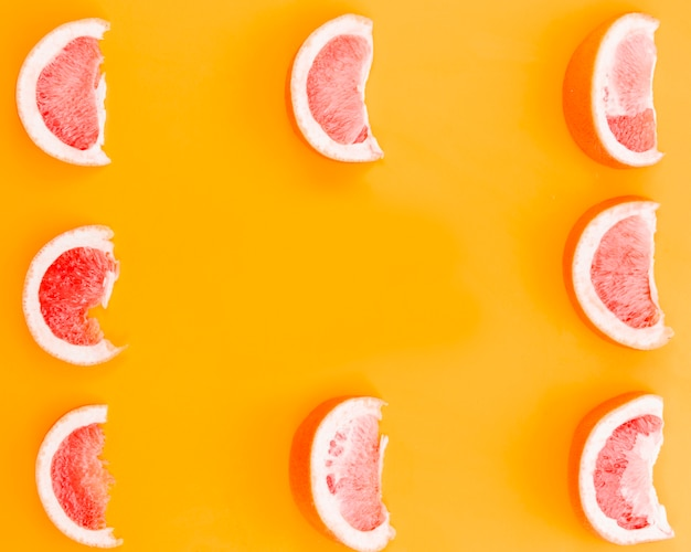 Fette di pompelmo su sfondo arancione