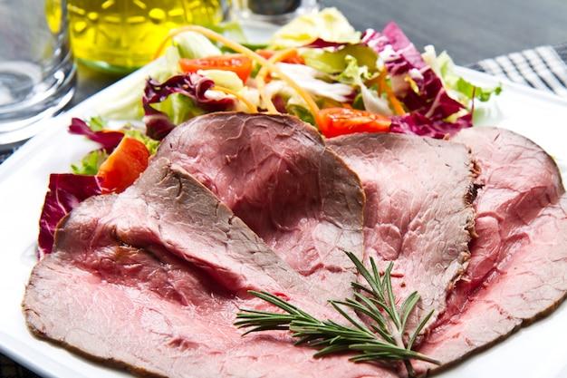Fette di roastbeef con insalata mista