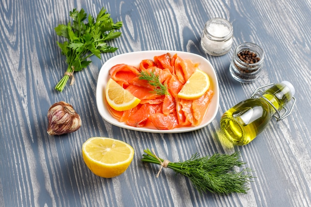 Fette di salmone affumicato fresco.