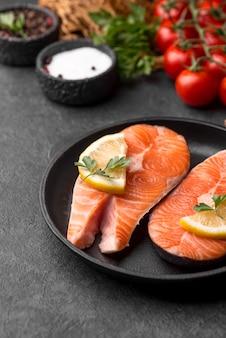 Fette di salmone rosso crudo sfondo sfocato
