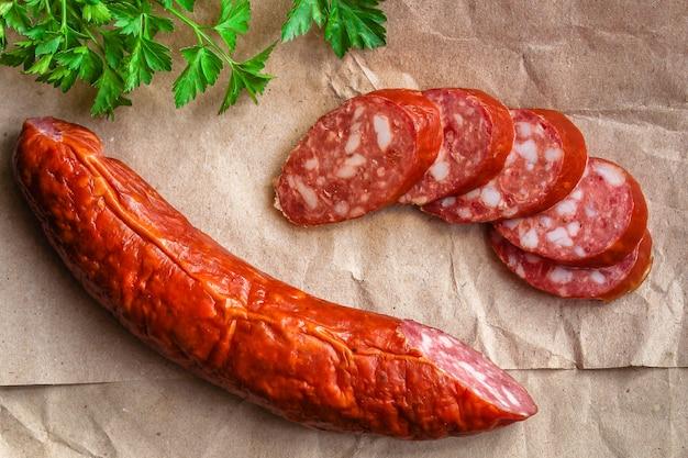 Fette di salsiccia, carne affumicata (gustoso salame snack)