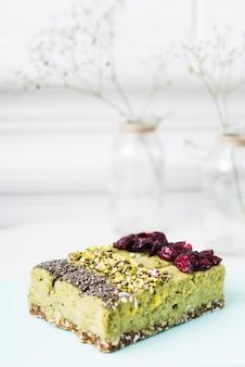 Fette di torta al limone con semi di chia; pistacchi e guarnizioni di mirtilli essiccati