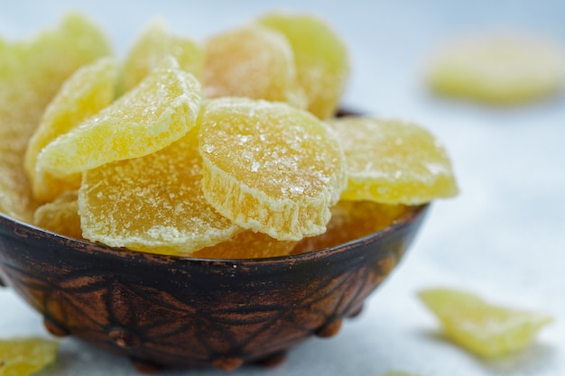 Fette di zenzero candite. dolcetto piccante per il tè. prevenzione del raffreddore. salute