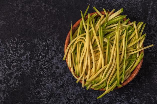 Fette di zucchine crude in una ciotola