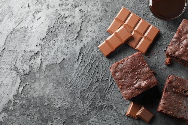 Fette e cioccolato del dolce di cioccolato sul nero, spazio della copia