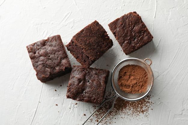 Fette e filtro del dolce di cioccolato sulla vista bianca e superiore